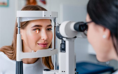 The woman visits her ophtalmologist.